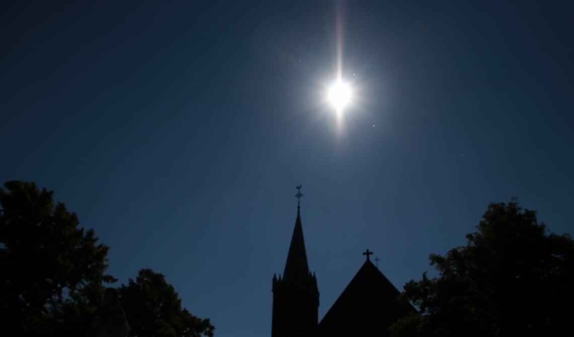 <p>Stralende zon boven de kerk</p>