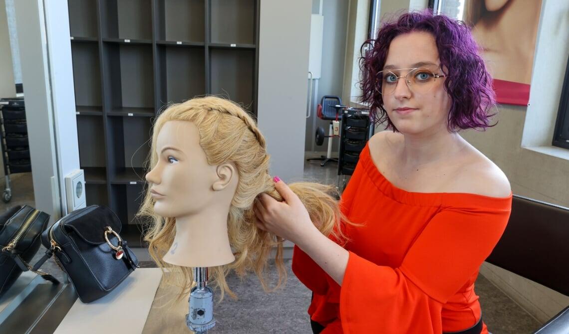 Shawnee van der Rijt aan het werk tijdens haar opleiding in Eindhoven. Foto: Bert Jansen.