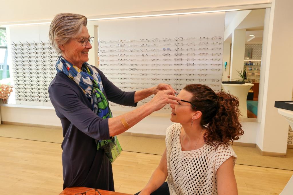 Thea zet een bril op bij haar dochter Ellen. Foto: Bert Jansen © MooiRooi