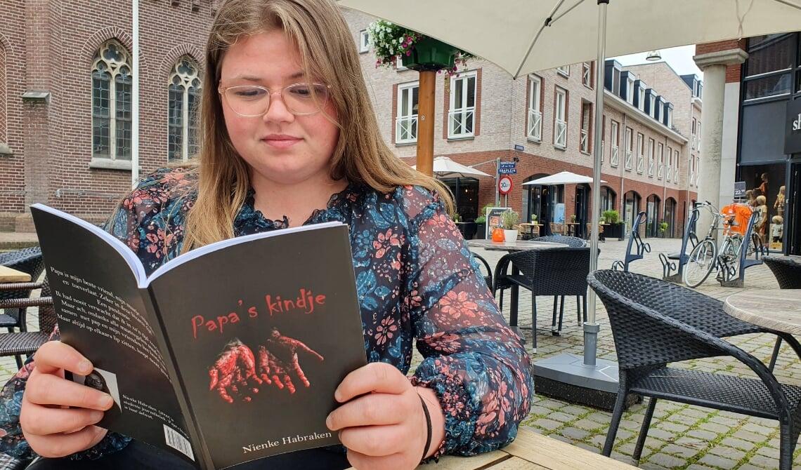 <p>Nienke met haar eigen boek.</p>