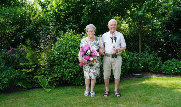 Corrie en Piet met hun cadeaus in de eigen achtertuin. Foto: Jeroen van de Sande © MooiRooi