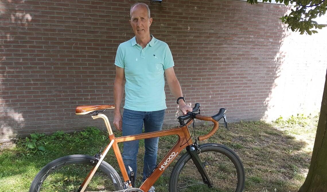 <p>Hans van de Laar laat trots zijn fiets zien.</p>