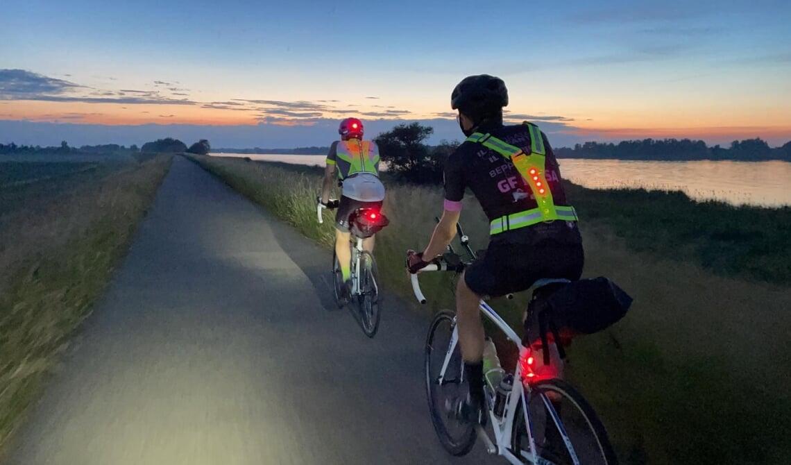 <p>Rob en Sander fietsen de nacht tegemoet.</p>