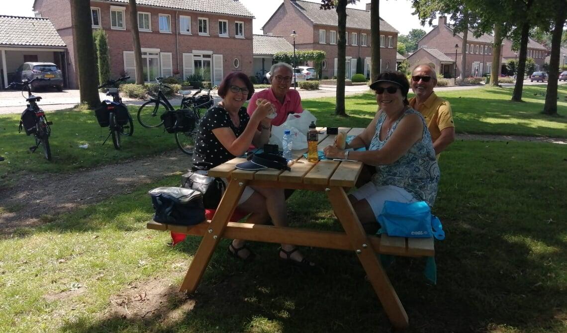 <p>Deze mensen uit Beverwijk genoten heerlijk van een lunch aan de splinternieuwe picknicktafel bij de vijvers van het voormalige gemeentehuis</p>