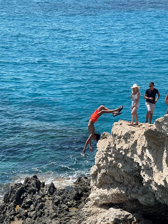 Daan Heijckman springt van een rots Foto: Yvonne Verhoeven © MooiRooi