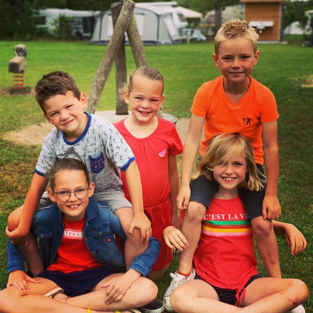 Evy, Fenna, Nynke , Mats en Teun op vakantie in Chaam! Foto: Annemarie © MooiRooi