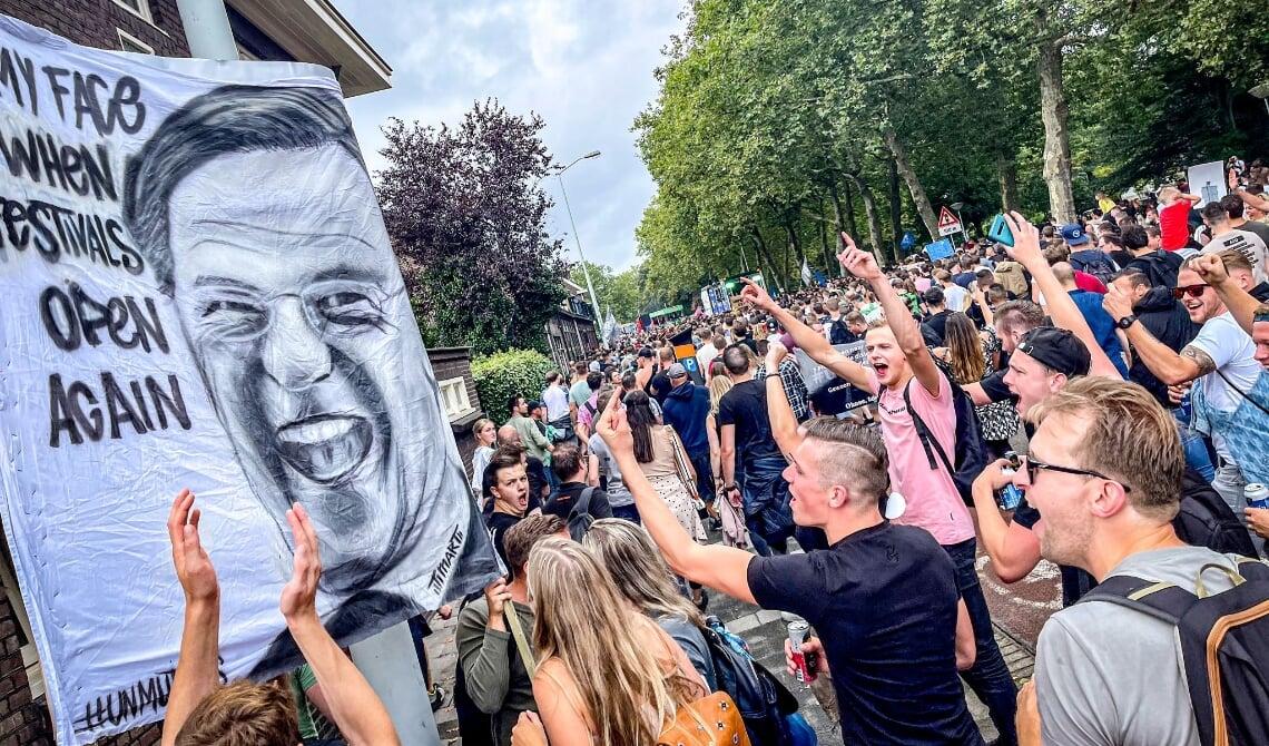 <p>Een ludiek protestbord richting de premier.</p>