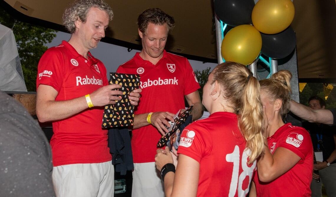 <p>Thomas (l) en Willem kregen ook cadeaus.&nbsp;</p>