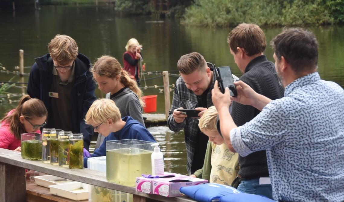 <p>Het waterlab trok veel belangstelling tijdens de open dag van de Jeugdnatuurwacht</p>