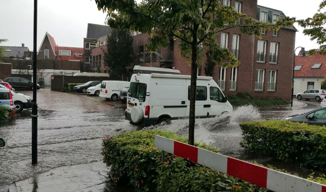 <p>Flink veel water aan de Deken van Erpstraat</p>
