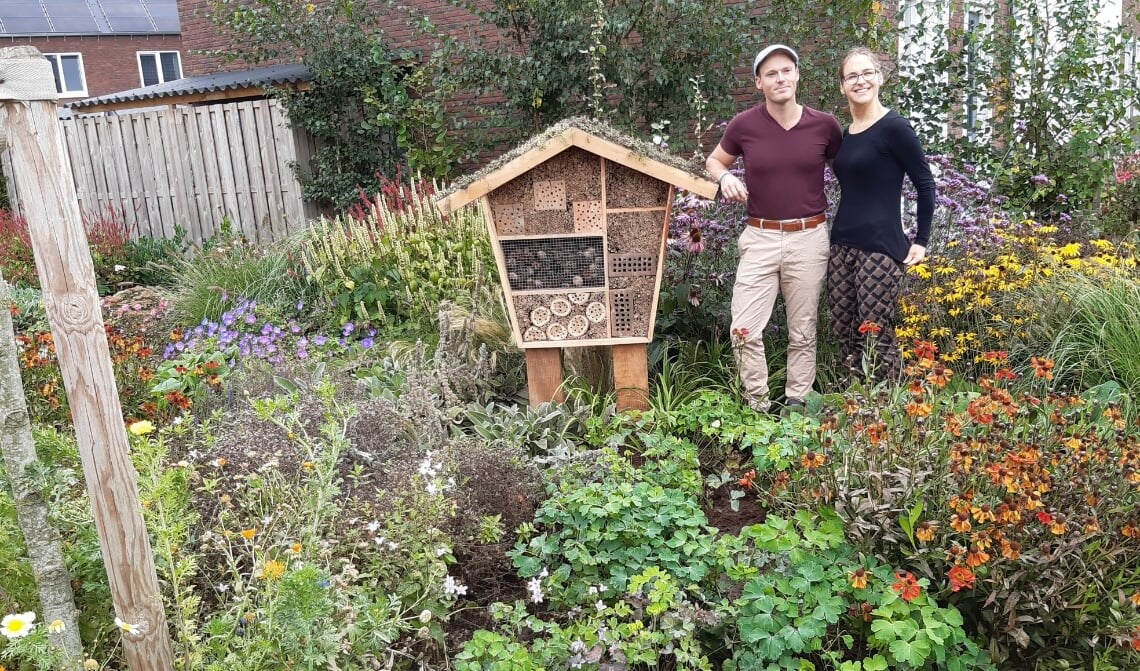 <p>Marvin en Rosanne bij de door hen ontworpen insectenhotel.</p>