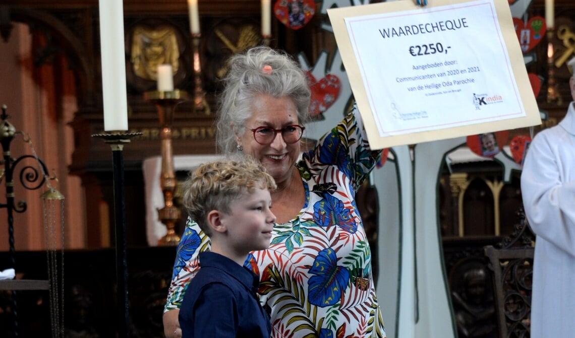 <p>Nettie Cleutjens ontvangt de cheque</p>