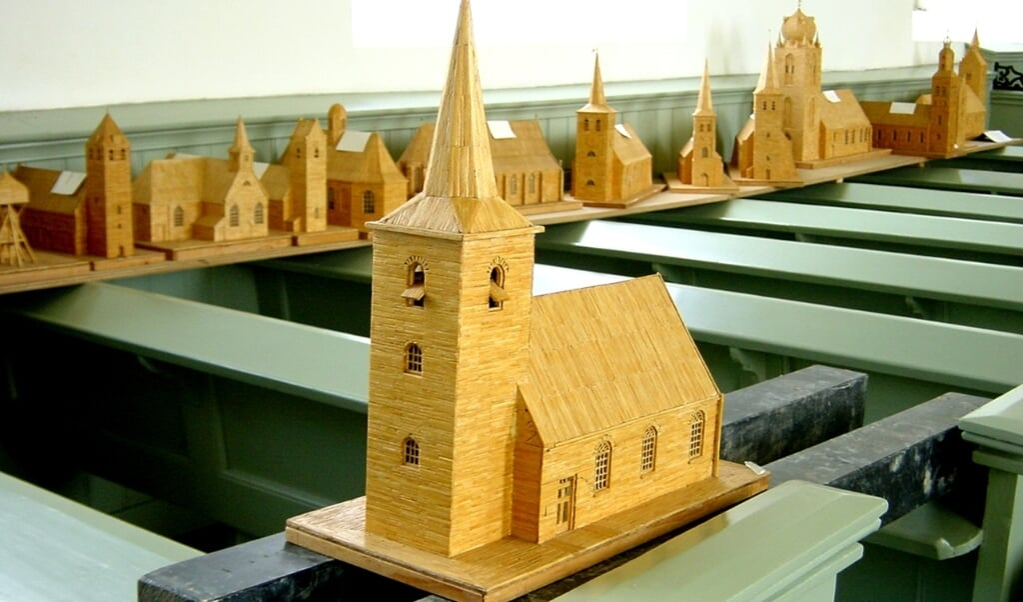 Frits Jansen (1926-2002) uit Cornjum had een bijzondere hobby: hij bouwde tientallen kerkmodellen van lucifers. Uiteindelijk waren het er meer dan honderd.  (beeld Stichting Alde Fryske Tsjerken)
