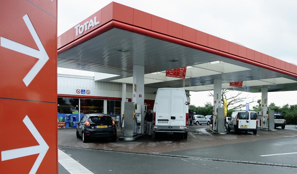 Veel Nederlanders die op vakantie gaan in Frankrijk of Spanje tanken vanouds nog even in Luxemburg waar de benzine een stuk goedkoper is.  ( beeld  anp / Lex van Lieshout)