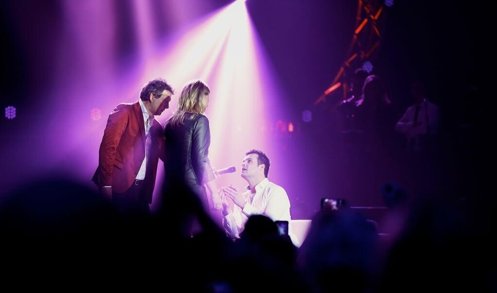 Andre Satter vraagt zijn vriendin Ageeth Den Hartog ten huwelijk tijdens het All Your Need is Love Concert.  (beeld anp / Levin den Boer)