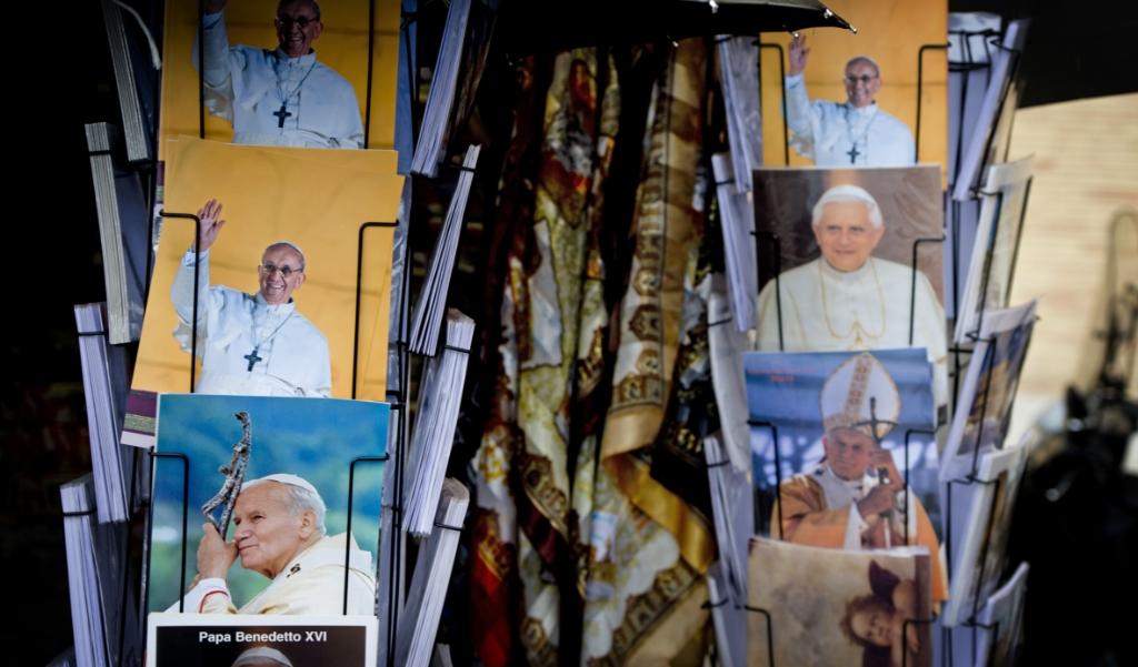 Ansichtkaarten van verschillende pausen bij het Sint Pietersplein in Rome.  (beeld anp / Robin Utrecht)