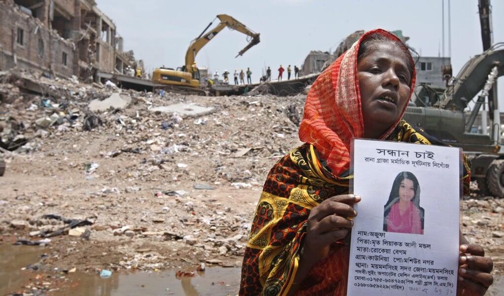 Vandaag is het precies zeven jaar geleden dat meer dan 1100 textielarbeiders in Bangladesh hun leven verloren. Bedolven onder het puin van hun textielfabriek. Veel merken uit het Westen lieten hier kleding produceren.  (beeld on 24 April 2012. Epa/abir Abdullah)