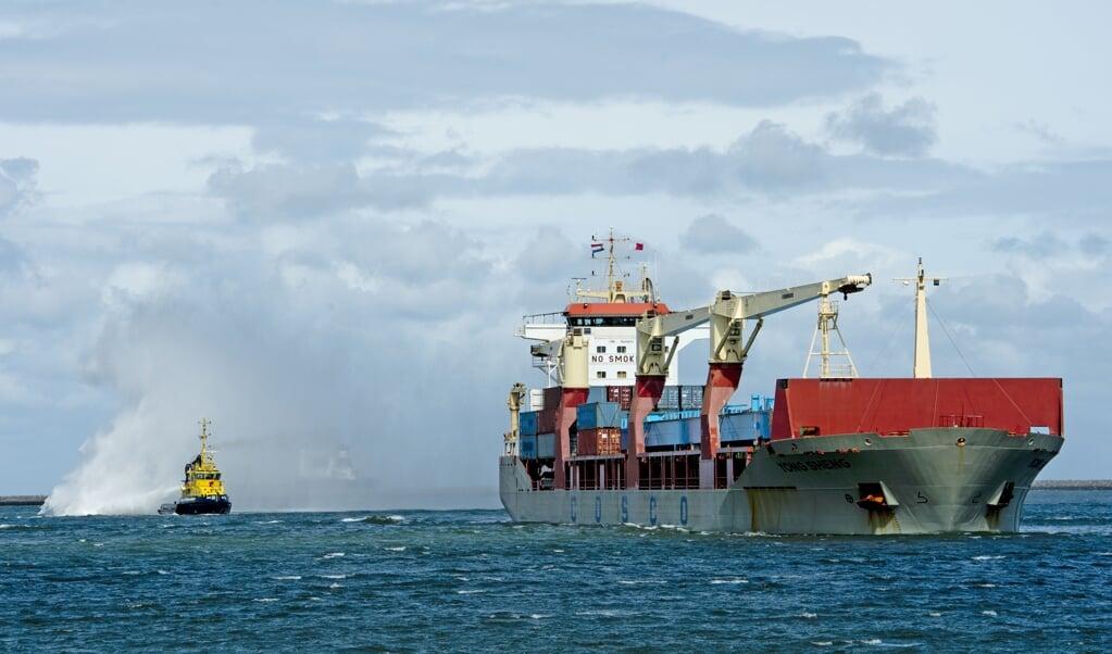 Een Chinees vrachtschip komt aan in de Rotterdamse haven. Veel te goedkope spullen worden de hele wereld over getransporteerd.   (beeld anp / Robin Utrecht)