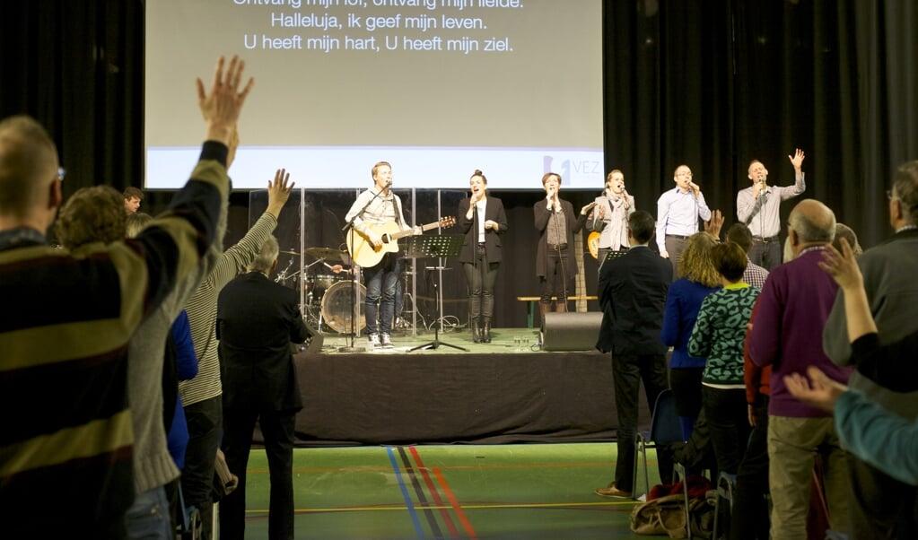 Samen zingen, zoals het kon voordat de coronabeperkingen werden ingevoerd: kerken en kerkgangers snakken ernaar.  (beeld Dick Vos)