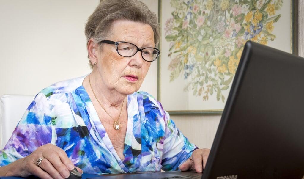 Een oudere gebruikt een laptop. Ouderen maken steeds meer gebruik van van sociale media.   (anp)