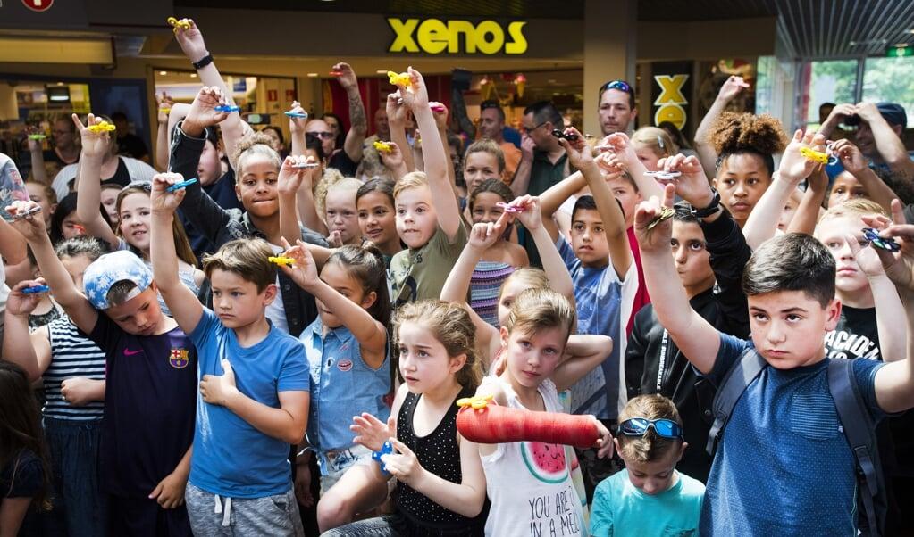 We hebben kinderen nodig om er als land over een eeuw nog te zijn. Op de foto: kinderen doen mee aan een recordpoging om zoveel mogelijk fidget spinners tegelijkertijd laten draaien.   ( beeld anp PIROSCHKA VAN DE WOUW)