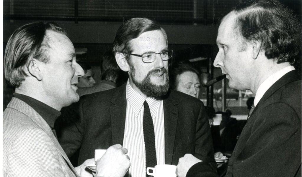 Herman Wiersinga (midden) in gesprek met prof. Harry Kuitert, hoogleraar ethiek aan de Vrije Universiteit in Amsterdam (links) en prof. Gerard Rothuizen, hoogleraar ethiek in Kampen.  (beeld nd)