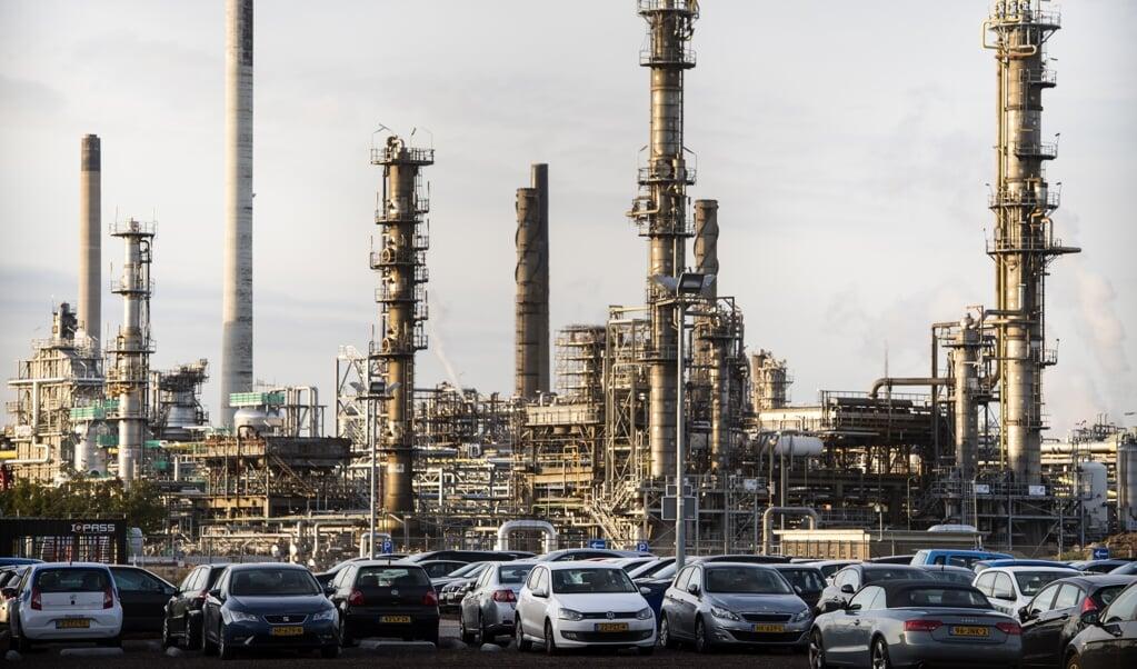De raffinaderij van Shell Pernis in het Rotterdamse havengebied. Multinationals als Shell leveren een belangrijke bijdrage aan werk en welvaart in Nederland.  ( beeld anp MARTEN VAN DIJL)