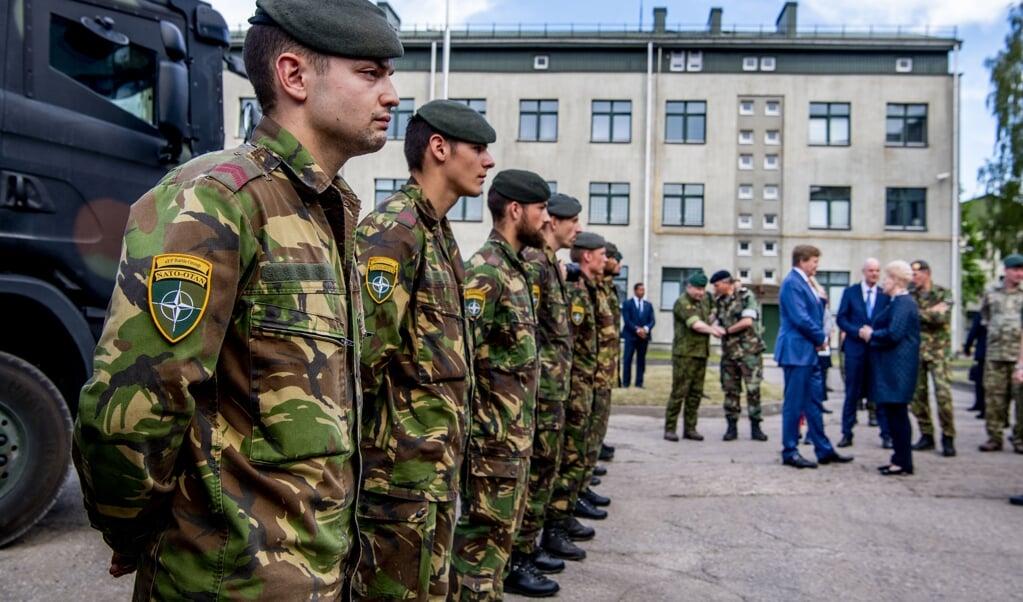 Koning Willem-Alexander bracht in 2018 een bezoek aan Nederlandse militairen op de trainingskazerne van de NAVO in Litouwen.   (beeld anp / Robin Utrecht)