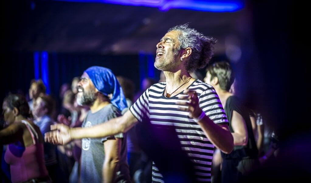 Samen zingen kan het gevoel geven dat de hemel opengaat. Op de foto zangers tijdens het Betteld Open Skies Worship Festival.  (beeld Carel Schutte)