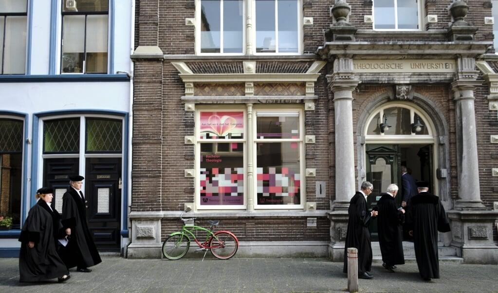 Het pand van de Theologische Universiteit in Kampen. 'Kampen' is een wereldwijd bekende naam van een kwaliteitsproduct: een orthodoxe opleiding, gereformeerd, calvinistisch, sinds zo'n anderhalve eeuw. Op het academische marktplein van de concurrerende instellingen laat je zo'n merknaam niet lopen. Dat doe je als je bijvoorbeeld verhuist naar Utrecht.  (beeld Dick Vos)