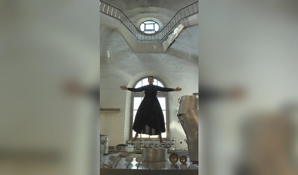 Levitation of Saint Theresa, van Marina Abramovic is een van de kunstuitingen op de tentoonstelling.  (beeld museum catharijneconvent)