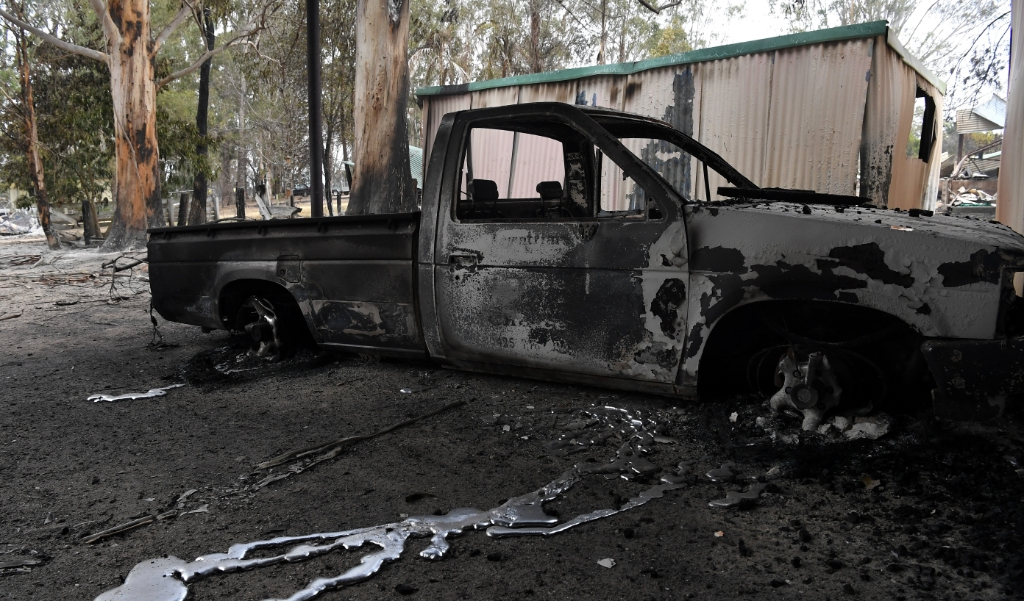 2019-12-31 15:25:22 epa08095542 Molten metal runs from a burnt-out vehicle at a destroyed property in Sarsfield, East Gippsland, Victoria, Australia, 31 December 2019. According to media reports, Australia's military will provide support for the response to Victoria's bushfires, as five people remai  (beeld EPA/JAMES ROSS AUSTRALIA AND NEW ZEALAND OUT)