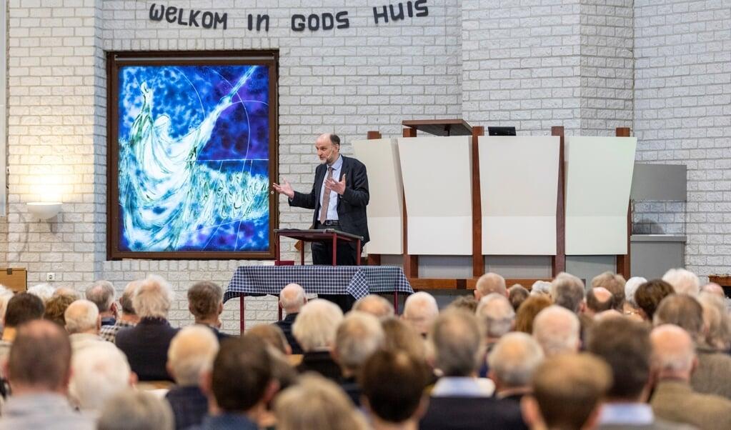 Henk van den Belt, zaterdag in Bunschoten tijdens de Landelijke bezinningsdag van de bezinningsgroep Man, Vrouw en Ambt. 'Ik druk u op het hart om niet te scheuren.'  (beeld André Dorst)