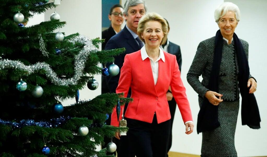 Christine Lagarde (rechts), de nieuwe voorzitter van de Europese Centrale Bank arriveert in Brussel voor een ontmoeting met onder anderen Ursula von der Leyen, voorzitter van de Europese Commissie.  ( beeld AFP)