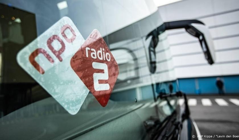 2018-12-01 12:52:25 UTRECHT - NPO Radio 2 dj's Wouter van der Goes en Frank van 't Hof tijdens de opening van de Top 2000 Stembus. In de bus kunnen luisteraars stemmen op hun favoriete lied. ANP KIPPA LEVIN DEN BOER  ( beeld anp)