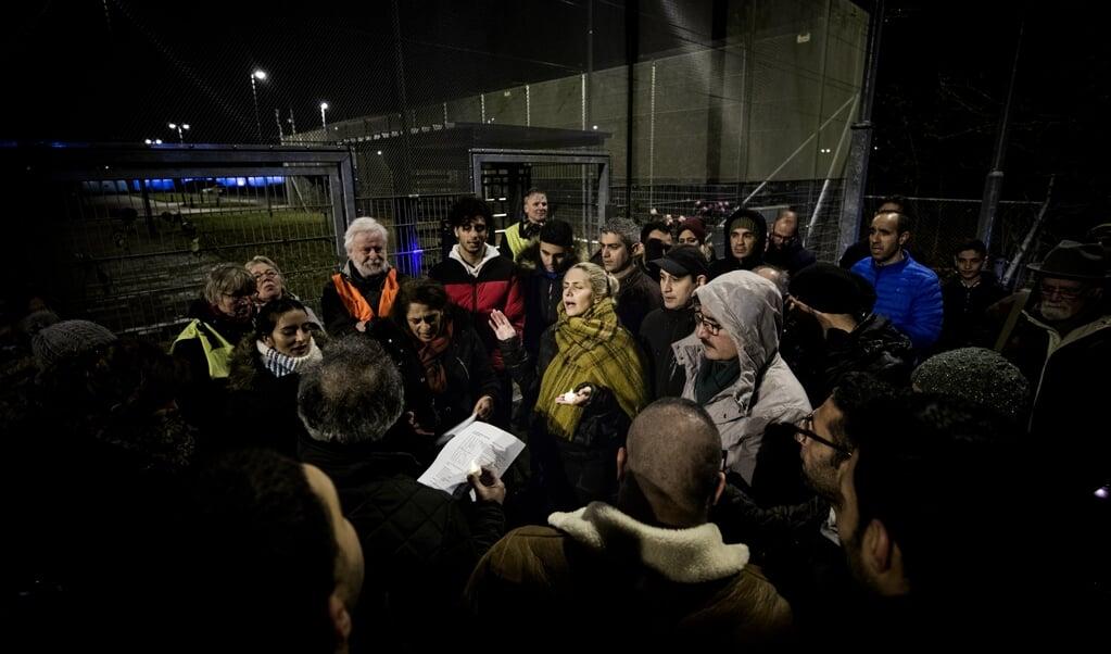 Een wake voor het Iraanse gezin bij Kamp Zeist.  (beeld Jeroen Jumelet)