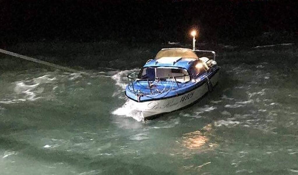 In het Kanaal raakten 21 vluchtelingen in een klein bootje in moeilijkheden.  ( beeld AFP)