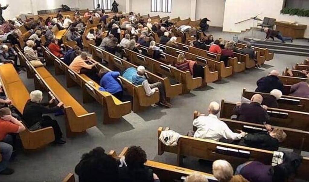 De gewapende beveiligingsdienst van de kerk schakelt de schutter uit.  ( beeld still livestream)
