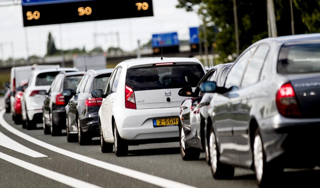 Automobilisten stonden afgelopen jaar vaker in de file dan voorgaande jaren.  ( beeld anp / KOEN VAN WEEL)
