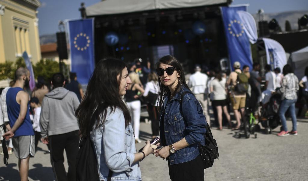 De EU in Athene: Griekse jongeren staan ambivalent tegenover de EU, die hun land dwong tot bezuinigingen.   (beeld afp)