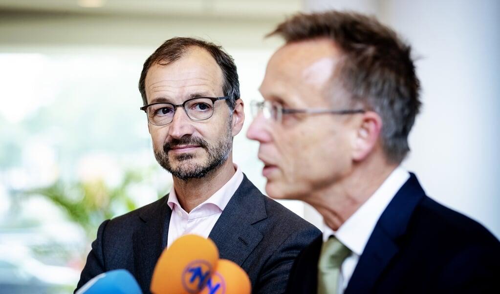 Eric Wiebes, minister van Economische Zaken en Klimaat en commissaris van de Koning Rene Paas van de provincie Groningen.  (beeld anp / Robin van Lonkhuijsen)