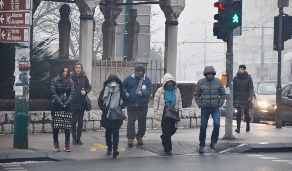 Inwoners van Sarajevo met en zonder mondkapjes of met een sjaal voor het gezicht.  (beeld  Marjolein Koster)