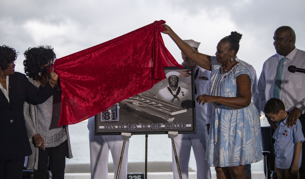 Familieleden van de zwarte Amerikaanse matroos Doris Miller onthullen tijdens Martin Luther King Day een plaquette in Pearl Harbor.  (beeld  us navy)