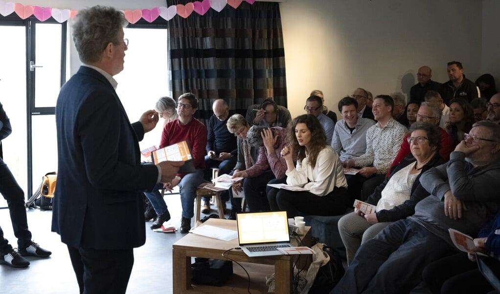 De werkconferentie Kerk-zijn op de rand, zaterdag in Utrecht, stond in het teken van de transitie van de kerk. Peter Wierenga en Remmelt Meijer gaven een workshop. 'De vraag is: hoe neem je mensen mee van een route die niet meer werkt naar een route die er nog niet is?'  (beeld  Joost Hoving)