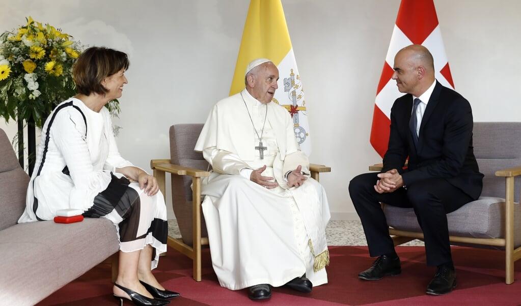 Gesprek tussen paus Franciscus en de Zwitserse president Doris Leuthard tijdens het pausbezoek aan Genève op 21 juni 2018.  (beeld Epa/peter Klaunzer)