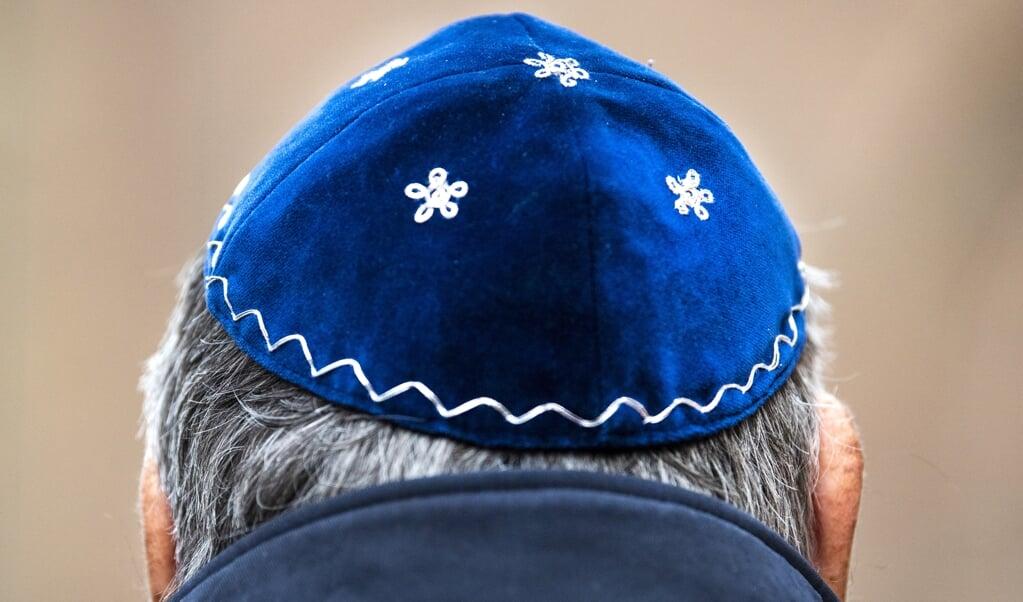 Een man draagt een keppeltje tijdens de onthulling op de Jonas Daniel Meijerplaats van een herdenkingsmonument voor de ongeveer 1500 Arnhemse Joden die de Tweede Wereldoorlog niet hebben overleefd.   (beeld anp / Piroschka van de Wouw)