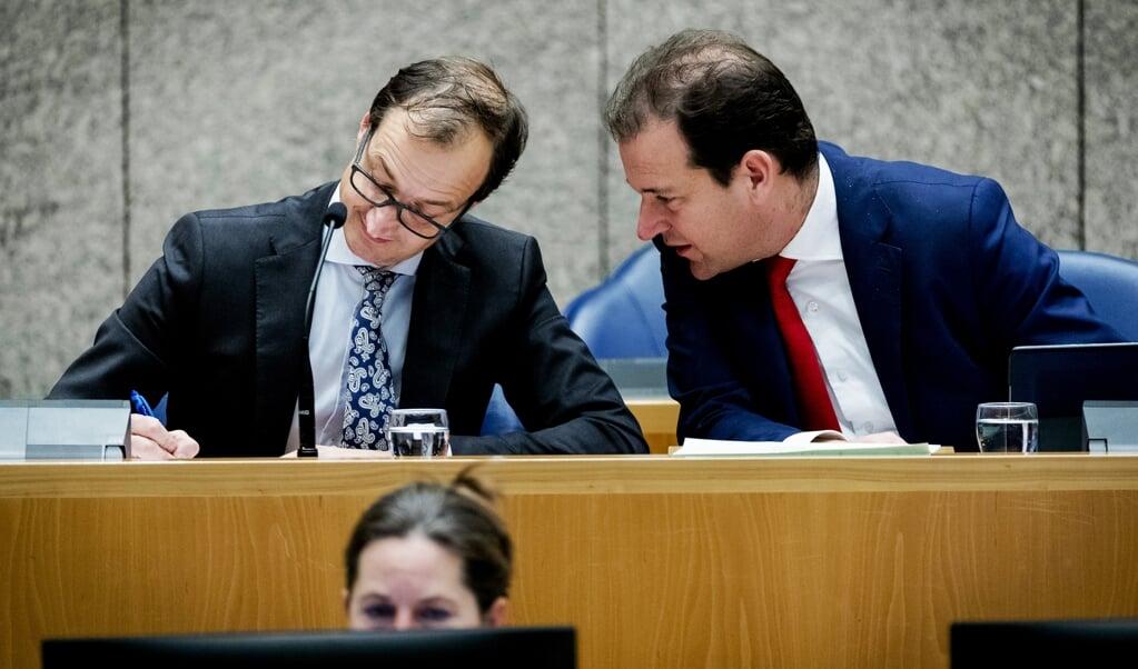 Eric Wiebes en Lodewijk Asscher als staatssecretaris van Financiën en minister van Sociale Zaken in 2016 in het regeringsvak in de Tweede Kamer.  (beeld anp / Robin van Lonkhuijsen)