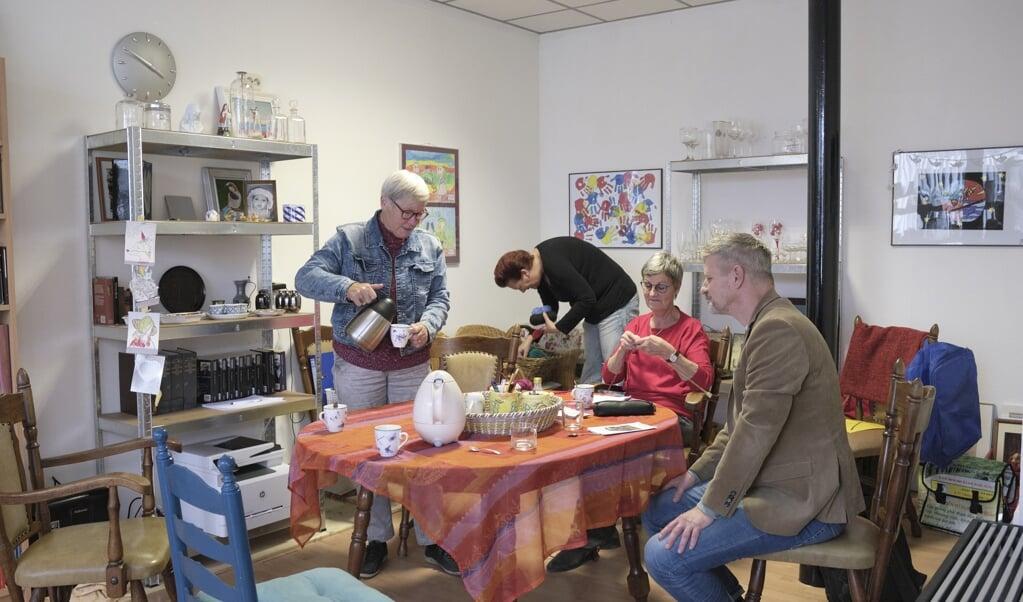 De deelwinkel is een huiskamer voor het dorp, waar spullen en talenten worden gedeeld, maar ook inspiratie en gezelligheid.  (beeld Sjaak Verboom)