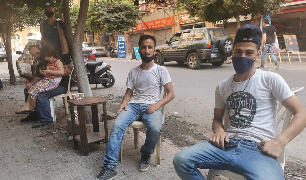 'Libanon gaat teveel op Syrië lijken', vinden Syrische jongeren op straat in Beiroet. Steeds meer jongeren, ook Libanese, willen het land de rug toekeren.  (beeld Jacob Hoekman)