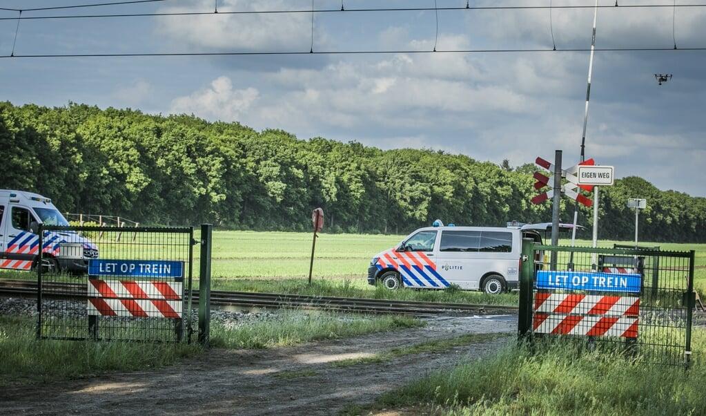 De spoorwegovergang bij Hooghalen werd met spoed gesloten na een ernstig ongeval.  (beeld anp / Roland Heitink)